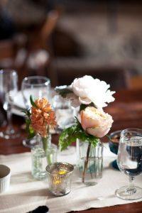 ดอกไม้บนโต๊ะอาหาร